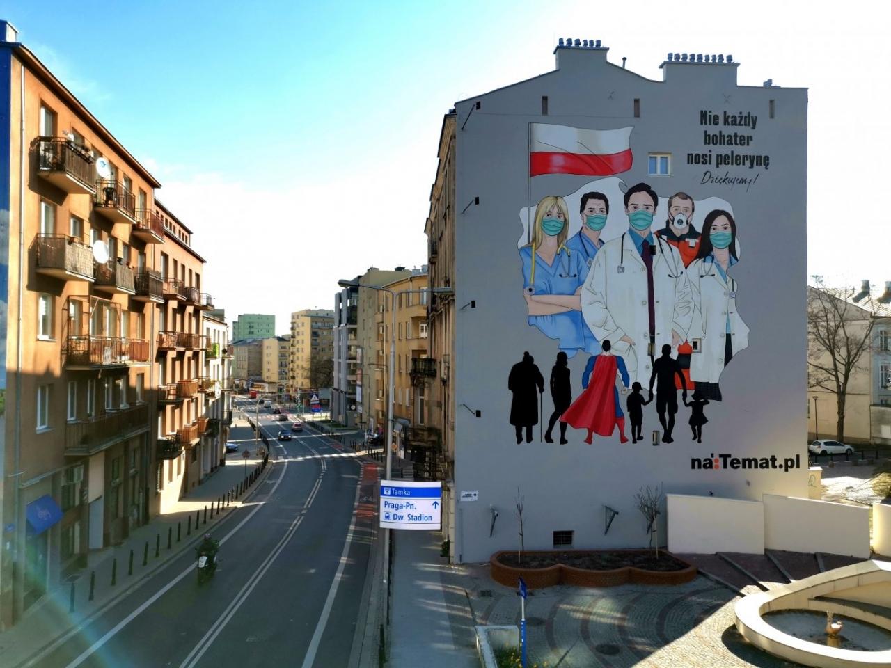 mural pn. Nie każdy bohater nosi pelerynę (graffiti - lekarze, pielęgniarki, ratownicy medyczni w maseczkach medycznych)